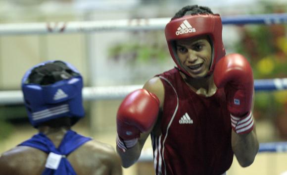 Robeisy Ramírez  de Cuba de rojo gano en la división de 52 kg ante Victor Aguila. Foto: Ismael Francisco/Cubadebate.