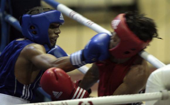 Yosvany Veitía de Cuba en azul, le gano a Mardan Berikba de Kazajistán en la division de 49 kg. Foto: Ismael Francisco/Cubadebate.