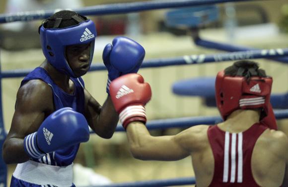 Yasnier Toledo de azul gano la división de los 60 kg, ante el Kasajo Askhat Zhenibekov. Foto: Ismael Francisco/Cubadebate