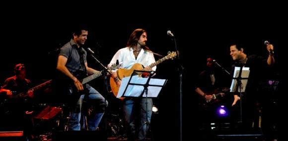 Buena Fe junto a su invitado, Andrés Suárez, en el teatro Astral. Foto: Anabel Díaz Mena/Cubadebate