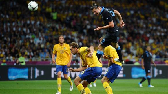 Carroll, un cabezazo magistral. Foto: UEFA.