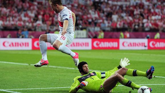 Cech, en plena acción. Foto: UEFA.