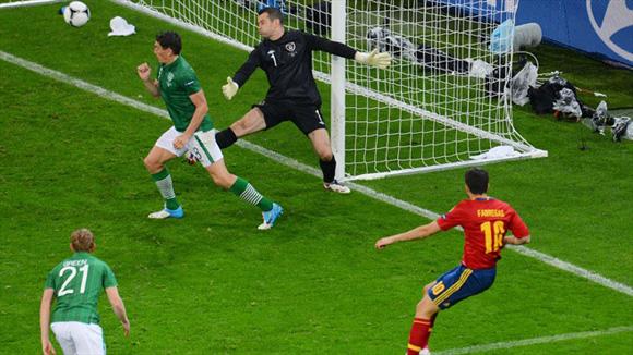 El obús de Fábregas completó la matanza. Foto: UEFA.