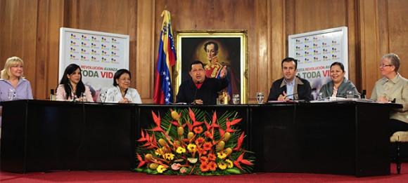 El presidente de la República, Hugo Chávez, preside este miércoles, desde el Palacio de Miraflores, el acto de lanzamiento de la nueva misión social del Gobierno, A Toda Vida Venezuela. Este proyecto tiene la finalidad de trabajar en pro de la seguridad de los ciudadanos.