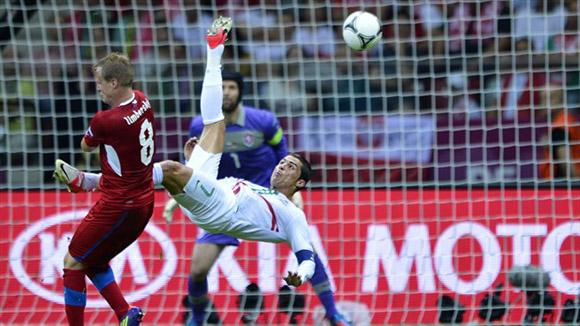 CR7 lo intentó hasta de chilena. Foto: UEFA.