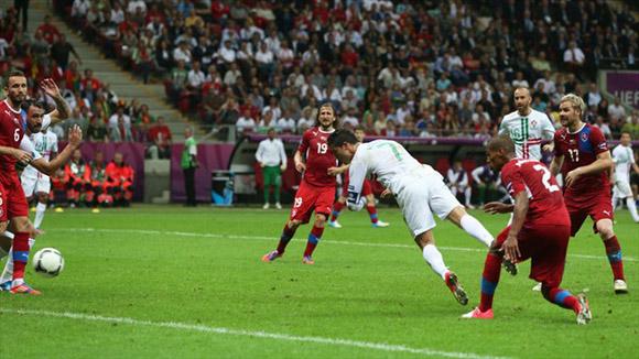 El cabezazo que definió el partido. Foto: UEFA.