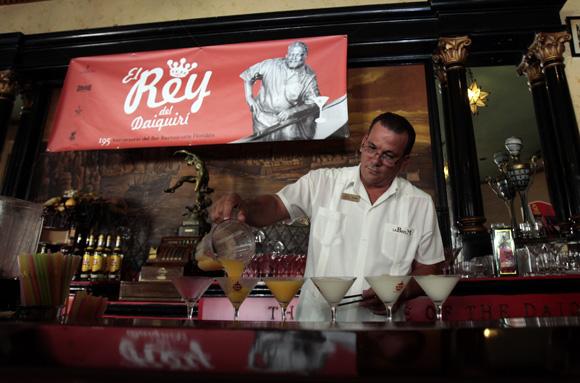 Competencia El Rey del Daiquirí, en su 4ta edición celebrada en el Bar El Floridita, como parte de los festejos por el 195 aniversario de esta instalación. Foto: Ismael Francisco/Cubadebate.