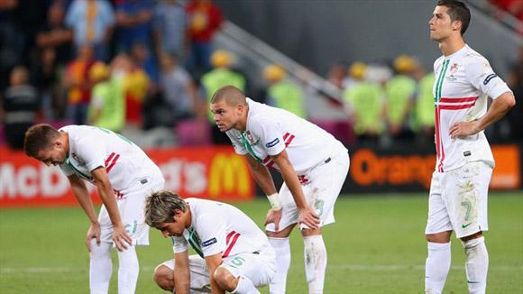 Unos exhaustos, todos derrotados. Foto: UEFA.