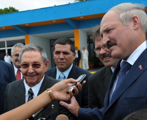 El General de Ejército Raúl Castro (I), presidente de los Consejos de Estado y de Ministros de Cuba, y Alexander Lukashenko, presidente de la República de Belarús, conversan con la prensa en el Aeropuerto Internacional José Martí, en La Habana. Foto: Marcelino Vázquez Hernández/AIN