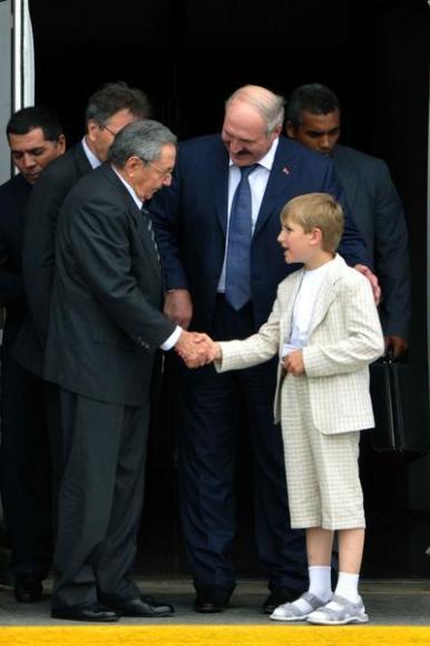 El General de Ejército Raúl Castro (I), presidente de los Consejos de Estado y de Ministros de Cuba, saluda al hijo de Alexander Lukashenko, presidente de la República de Belarús. Foto: Marcelino Vázquez Hernández/AIN