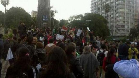Ciudadanos paraguayos protestan frente a TV Pública.  Foto vía Twitter