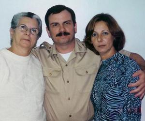 Fernando, junto a su madre y su esposa.