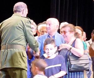 Fidel, saludando a Ora y Giustino en abril de 2002. Foto: René Pérez Massola.
