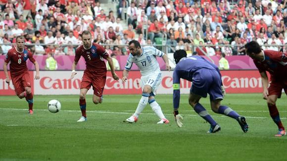 Gekas no perdonó la pifia infantil de Cech. Fotos: UEFA.