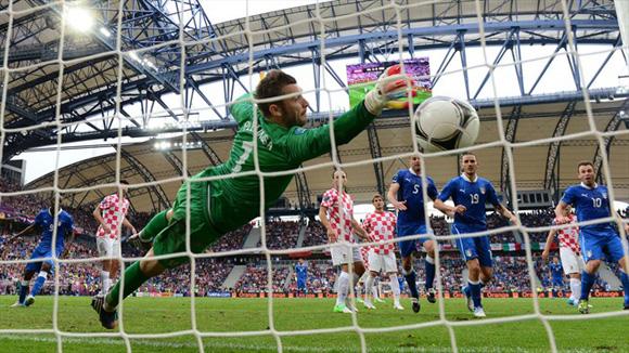 El cobro de Pirlo, una joya. Foto: UEFA.