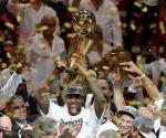 LeBron James levanta el trofeo de campeones de la NBA