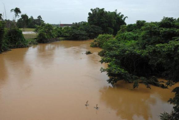 Las precipitaciones de las últimas horas en Pinar del Río, provocaron numerosas inundaciones, en el municipio de Consolación del Sur. Foto: Abel Padrón Padilla/AIN