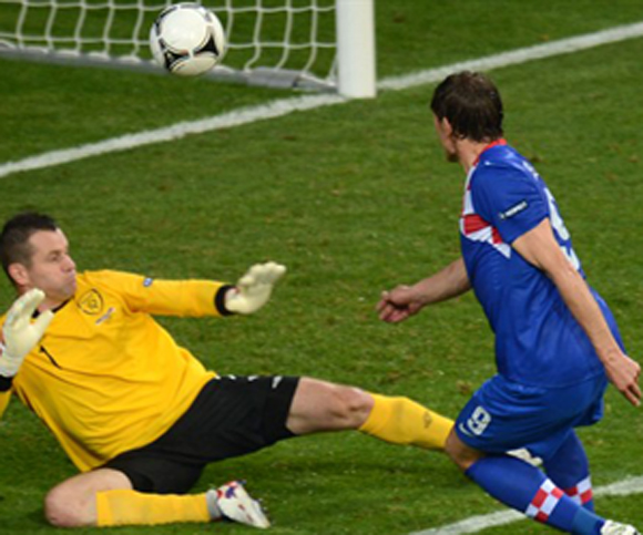 Jelavic, en el instante de marcar. Foto: UEFA.