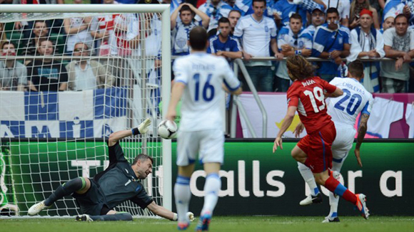 Jiracek rompió el abrazo temprano. Fotos: UEFA.