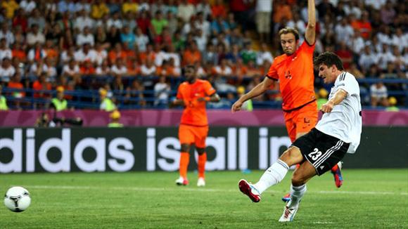 Mario Gómez tira del carro alemán. Foto: UEFA.