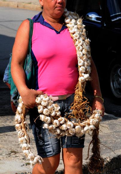 Algunos acaparan productos para salir a la calle a comercializar. Foto: Ismael Francisco/Cubadebate