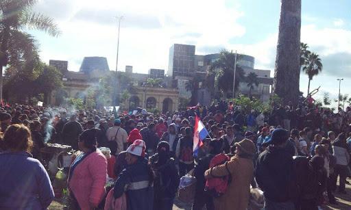 Manifestantes frente al Congreso en Asunción.