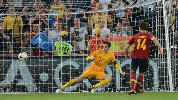 Alonso, de penal, vuelve a burlar al meta galo. Foto: UEFA.