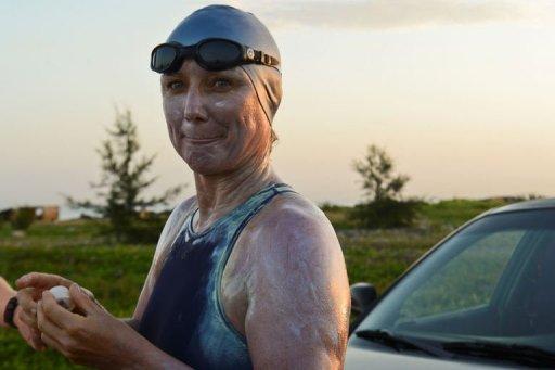 La nadadora británico-australiana Penny Palfrey se pone protector solar y labial este viernes. Foto: AFP