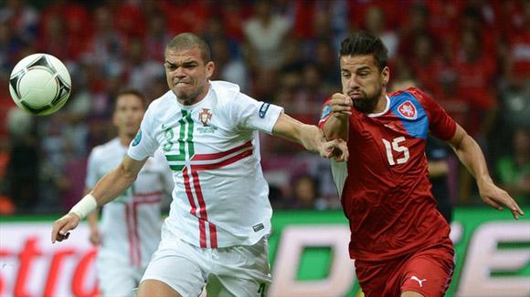 Pepe y Baros disputan un balón. Foto: UEFA.