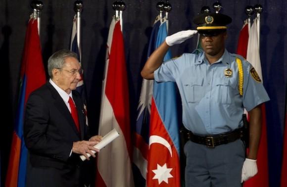Momento en que Raúl se encamina al podio para ofrecer su discurso en Rio+20, este jueves 21 de junio de 2012. Foto: Victor R. Caivano/ AP