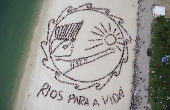 """Cientos de personas realizan un cartel humano que dice """"Río para la vida"""". Foto: Amanzon Watch/AP"""