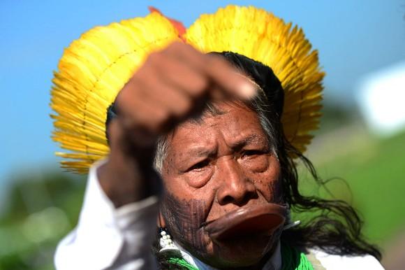 Indígena brasileño en una conferencia de prensa. Foto: Christophe Simon/AFP/Getty Images