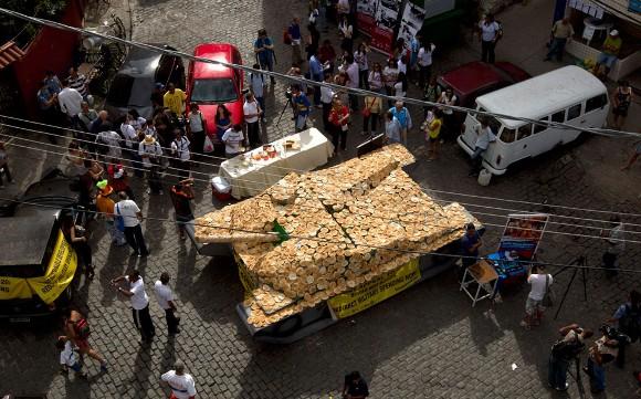 Tanque de guerra cubierto de pan. Foto: Silvia Izquierdo/AP