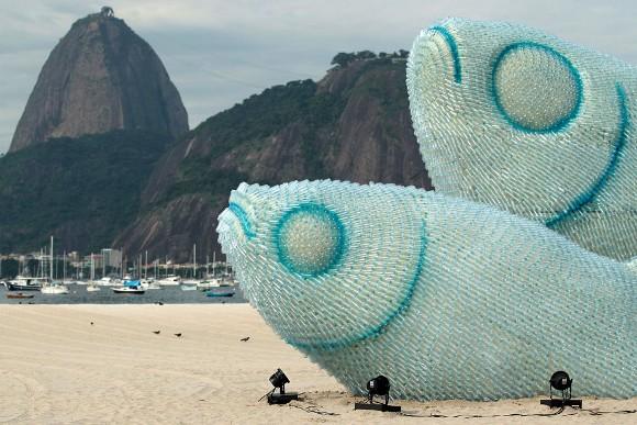 Peces gigantes hechos con pomos plásticos. Foto: Ueslei Marcelino/Reuters