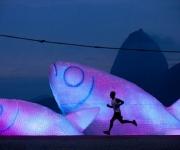 Peces gigantes hechos con pomos plásticos. Foto: Felipe Dana/AP