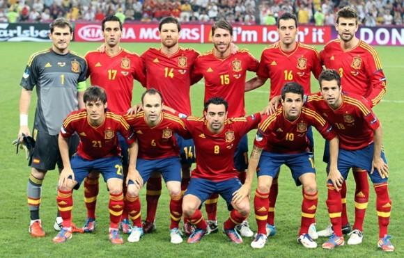 Los jugadores de España posaron para la foto oficial ante Francia hoy, sábado, 23 de junio de 2012, en los cuartos de final de la Eurocopa 2012. Foto: Los jugadores de España posan para la foto oficial ante Francia, en los cuartos de final de la Eurocopa 2012. Foto: EFE/Srdjan Suki