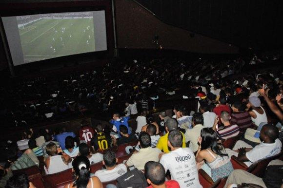 Espectadores disfrutan el juego de la Semifinal de la Eurocopa 2012 entre Italia y Alemania en el Cine Yara, La Habana. Foto: Roberto Suárez