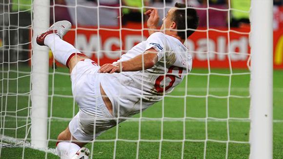 Terry sacó el balón metido en la cabaña. Foto: UEFA.