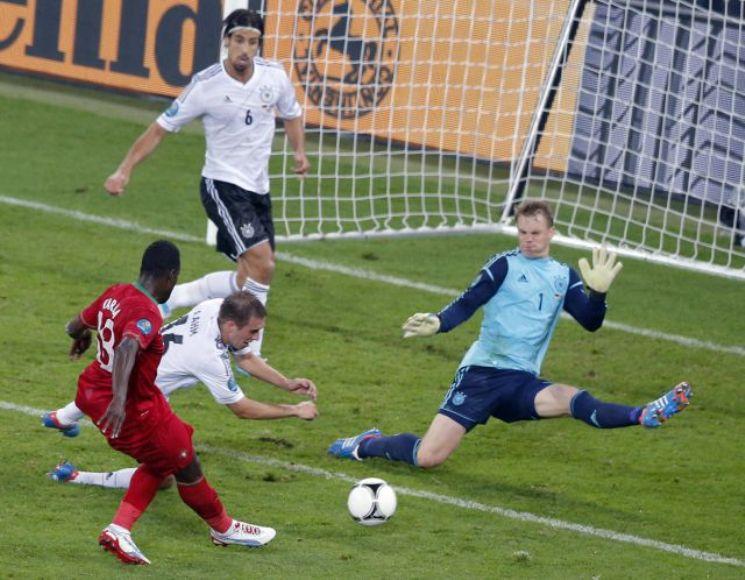 Varela tuvo el 1-1, pero no pudo superar a Neuer. Foto: Reuters