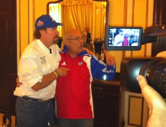 Wade Boggs, leyenda del béisbol en los EE.UU., está en Cuba. Conversa con el periodista Reinaldo Taladrid. Foto: Cubadebate
