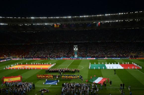 Vista general del Estadio Olímpico de Kiev, con las dos selecciones momentos antes de empezar el partido. FOTO: AFP