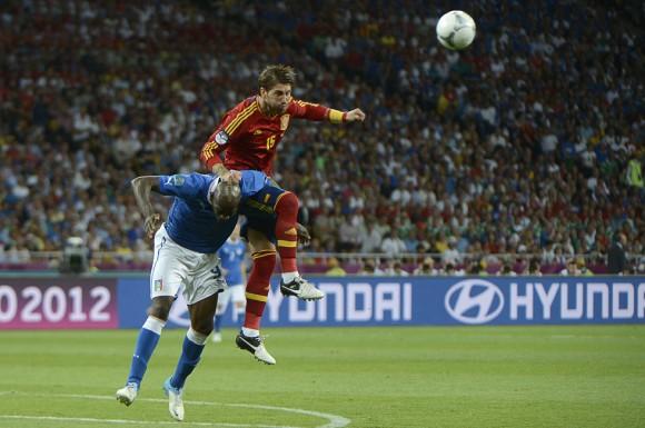 Mario Balotelli y Sergio Ramos pugnan por un balón. FOTO: AFP