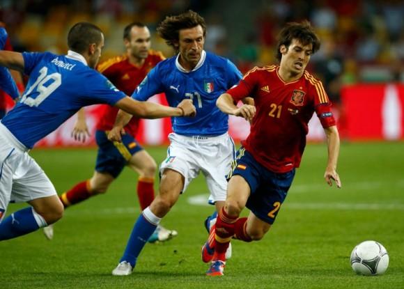 Leonardo Bonucci y Andrea Pirlo persiguen a David Silva en un lance del juego. FOTO: REUTERS