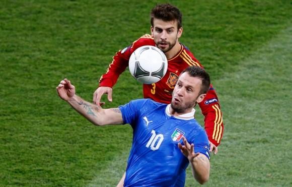 Antonio Cassano controla un balón con el pecho en presencia de Gerard Piqué. FOTO: REUTERS