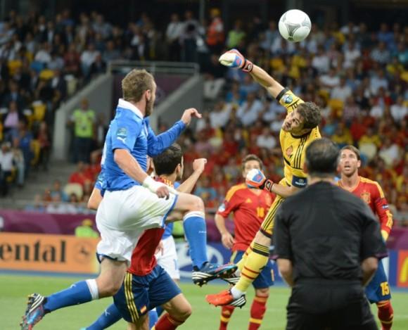 Casillas despeja de puños ante una oportunidad de Italia. FOTO: AFP