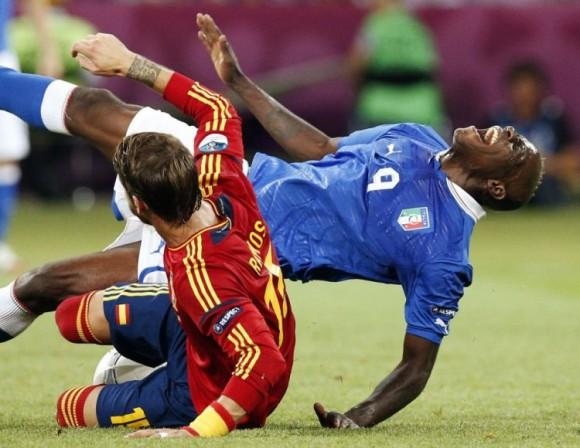 Mario Balotelli cae al suelo ante una entrada de Sergio Ramos. FOTO: AP