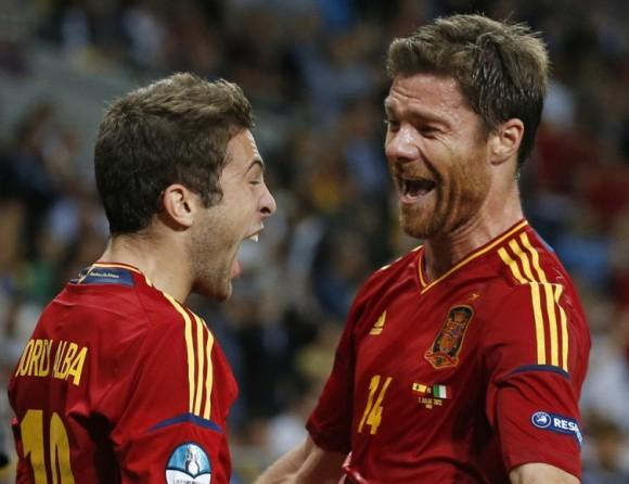 Jordi Alba celebra su gol con Xabi Alonso. FOTO: AP