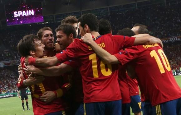 David Silva celebra el gol marcado con sus compañeros de La Roja. FOTO: REUTERS