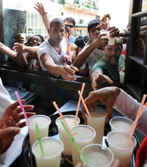 El público presente disfruta de la popular bebida. Foto: EFE/ Stringer