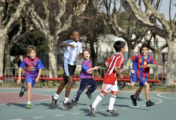 Encuentro de fútbol entre cubanitos y argentinitos. Foto Kaloian.